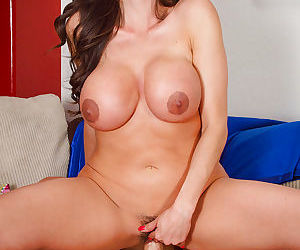 Latina mom in short skirt Ariella Ferrera delivers awesome titjob