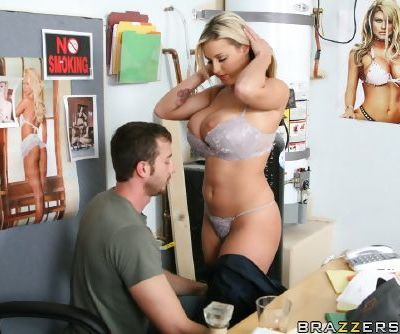 Big titted hottie Memphis Monroe is into getting her pussy licked