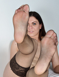 Older Euro lady Corazon Del Angel freeing sexy feet from mesh nylons