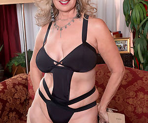 Older British woman Laura Layne models nude after taking off her swimsuit