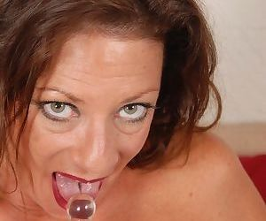 Mature Margo masturbates her hot snatch with help of a sextoy