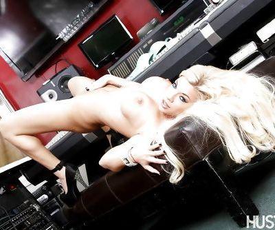 Babe blonde Bibi Noel shows off her stunning pornstar-like booty