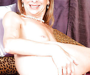 Mature housewife with nice ass spreading pussy after jeans removal