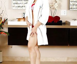 Blonde mom Sarah Vandella stripping naked to pose in the nude