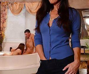 Guy with big cock fucks GF Sara Luvv and her stepmom India Summer in bathtub
