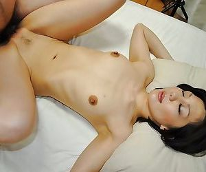 Asian MILF Mayumi Iihara gives a blowjob and enjoys passionate twatting