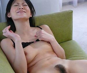 Rio Sasaki reaches powerful orgasms thanks to her friend with vibrators