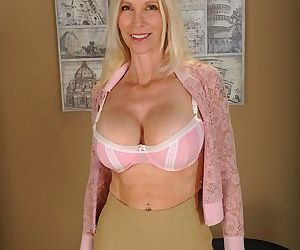 Sultry milf taking off the lingerie and exposing big boobs - part 3347