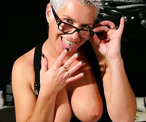 Horny mature lady getting herself wet - part 3540