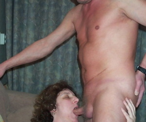 Mature lady sticks a double dildo in her snatch while giving a blowjob