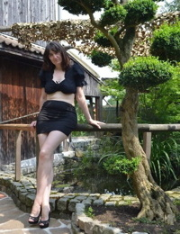 Hot brunette mature in short black skirt flashes naked upskirt at the park