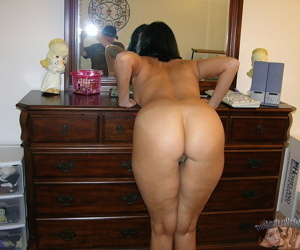 Mature amateur hops into the shower during her nude modeling debut