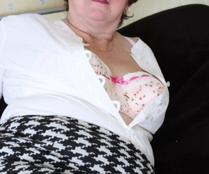Fat mature lady Vicky T takes her fingers to her bald twat after undressing