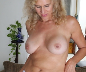 Middle-aged housewife Cally Jo pauses to play with her twat in closeup action