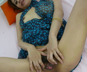 MILF lady Iori Miduki is a completely natural Japanese bombshell