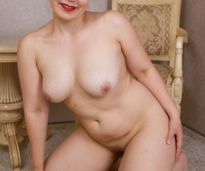 30 plus female Ellariya Rose frees her thick figure from all her clothing