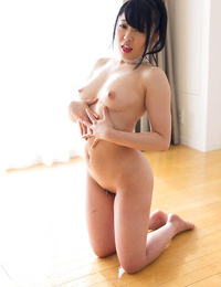 Bare Japanese expert woos cum from dick with a handjob on her knees