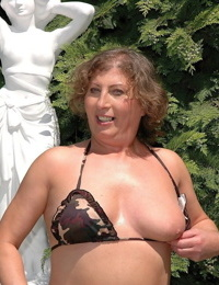 Bodacious mature model named Molly shows her big plump arse outdoors